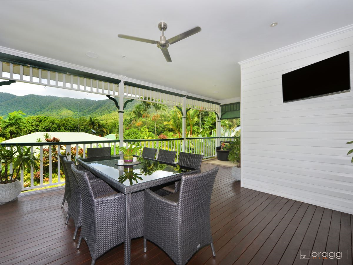 Gorgeous Queenslander With Spectacular Backdrop