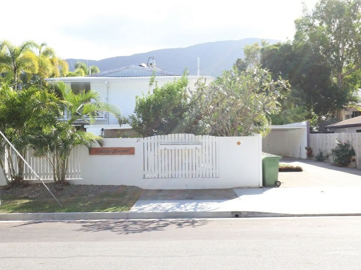 Palm Cove unit in ideal location!