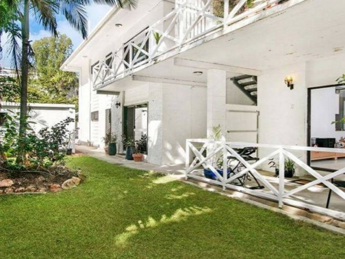 1st floor open plan unit in the heart of Palm Cove.