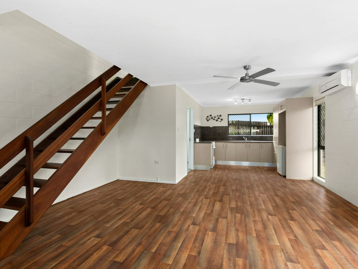 Spacious Townhouse With Courtyard !