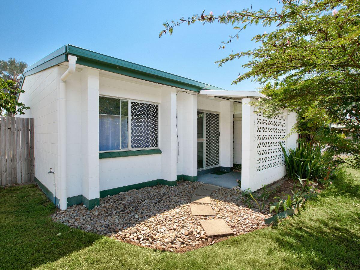 Duplex with enclosed yard -$250 per week